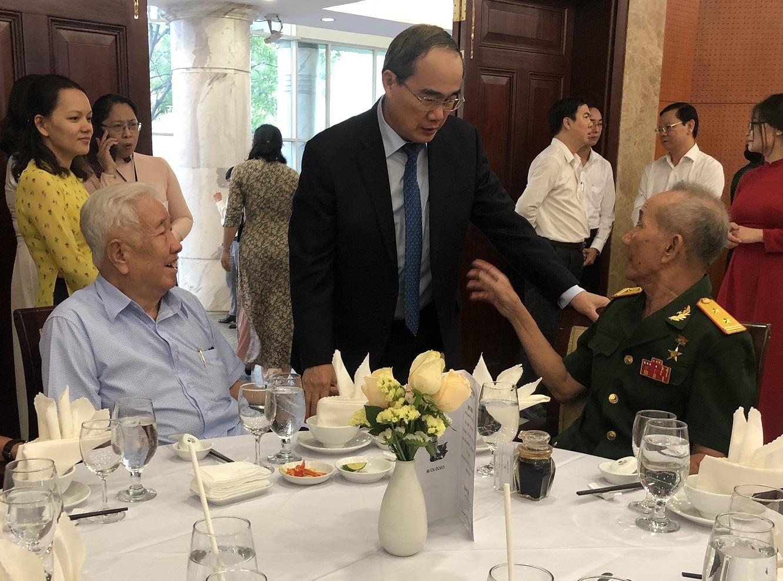 Bí thư Nguyễn Thiện Nhân thăm hỏi các vị cách mạng lão thành, anh hùng lực lượng vũ trang - Ảnh: Quốc Ngọc