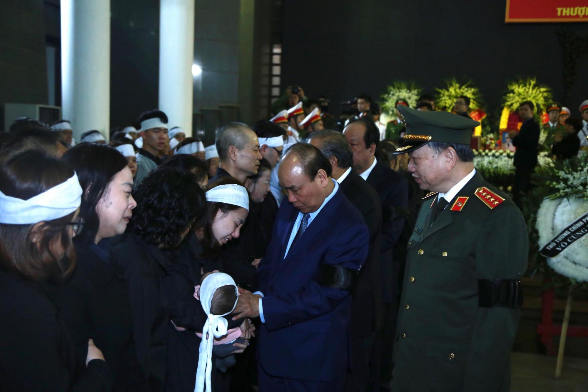 Đoàn Chính phủ do Thủ tướng Nguyễn Xuân Phúc hỏi thăm thân nhân các liệt sĩ