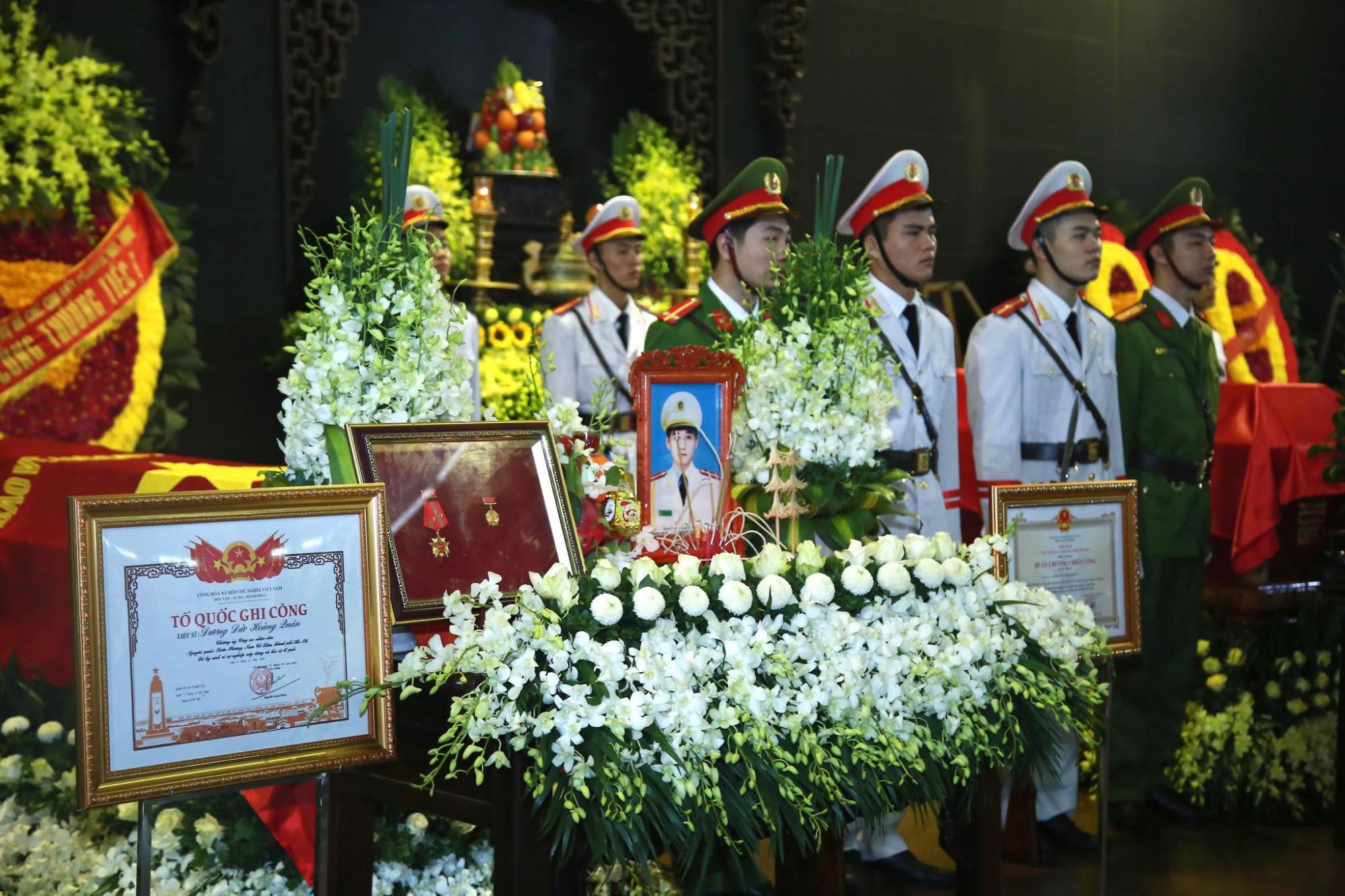 Tang lễ của 3 liệt sĩ được tổ chức theo nghi thức của lực lượng Công an nhân dân