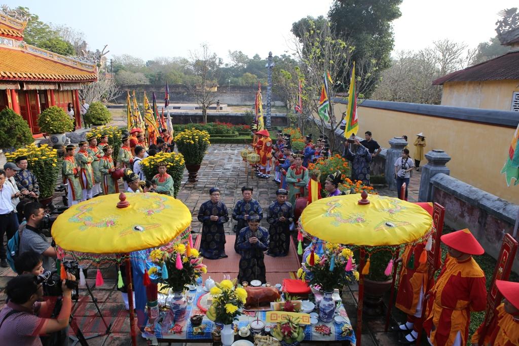 Tại Triệu Miếu (năm nay 2019), Thế Miếu, hương án, lễ phẩm cùng đội Đại nhạc và các bồi tự đã chờ sẵn. Nghi thức thướng nêu (tức là dựng nêu) được cử hành nghiêm trang