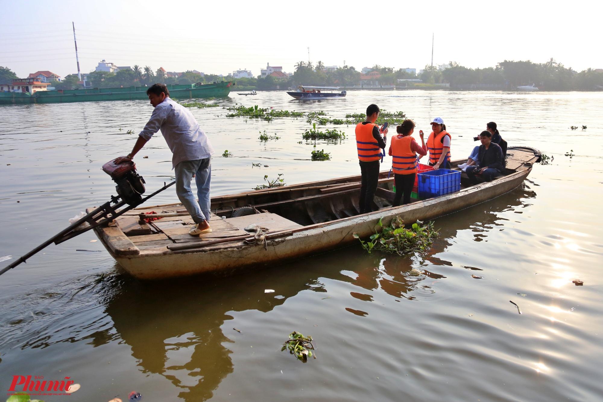Để tránh việc các bị tận thu, nhiều người thuê ghe ra giữa sông để thả cá
