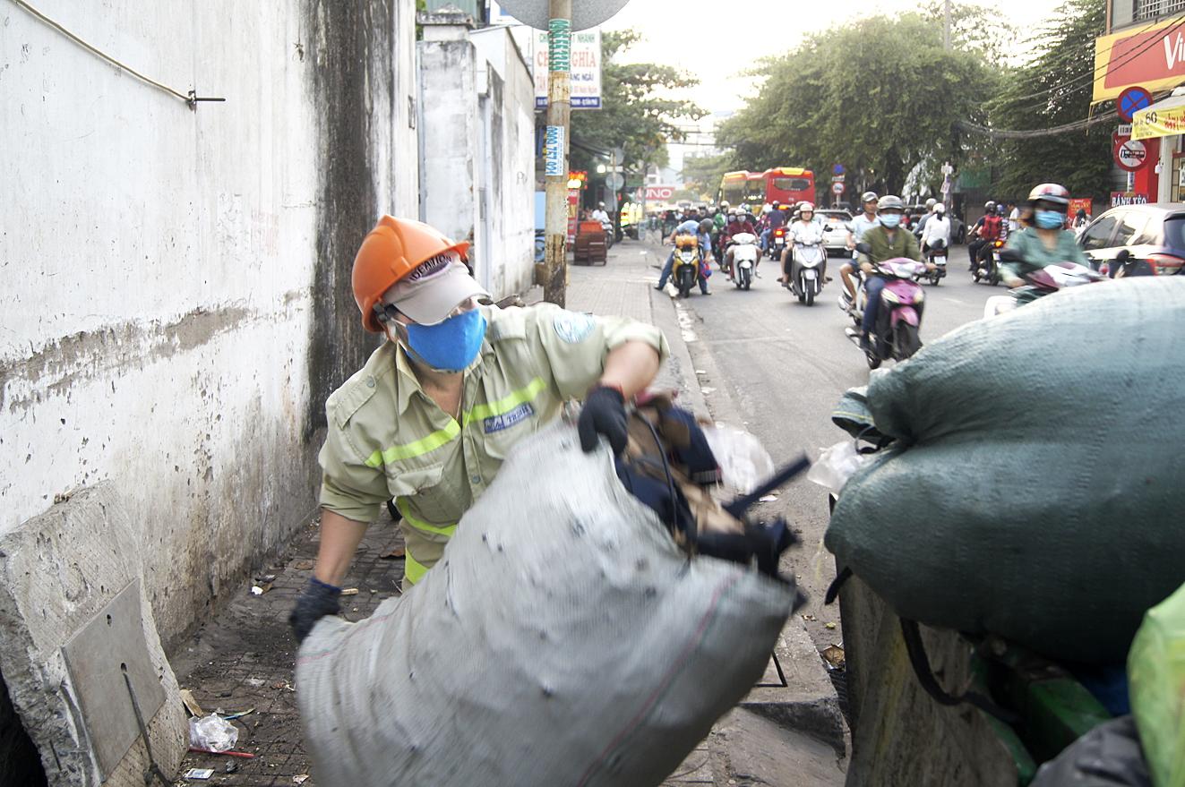 Gắn đời với nghề công nhân vệ sinh, đồng nghĩa đêm giao thừa họ hãy còn đang ở giữa phố phường...