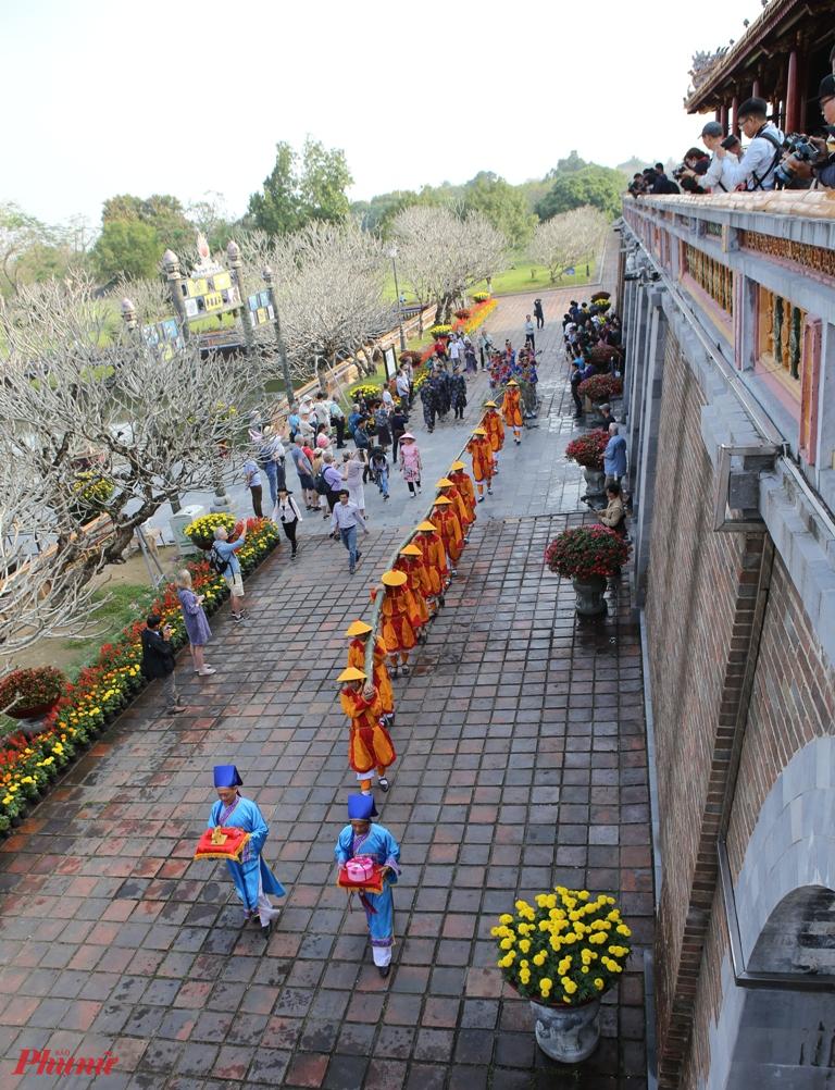 Nét đặc biệt của lễ dựng nêu tại Hoàng Cung Huế là luôn gắn liền với đại nhạc, tiểu nhạc và các nghi thức rất trang trọng. Khi cây Nêu được dựng lên, đầu ngọn nêu được treo ấn, tín, văn phòng tư bảo, biểu trưng của việc phong ấn để triều đình nghỉ ngơi trong những ngày Tết