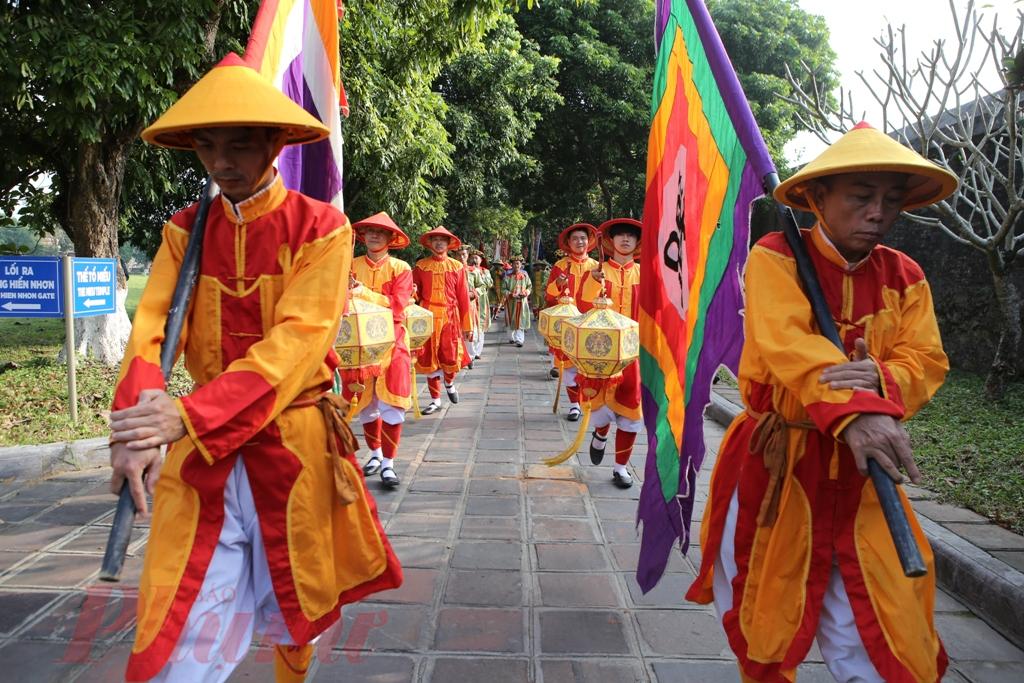 Từ cửa Hiển Nhơn, nghi thức rước nêu được tổ chức trang trọng. 10 lính vác nêu trong trang phục chỉnh tề. Đội rước nêu khởi hành trong âm thanh của tiểu nhạc tiến vào Hoàng Cung, đến Triệu Tổ Miếu, cửa chính của khu vực Thế Miếu và tiến hành nghi thức dựng nêu