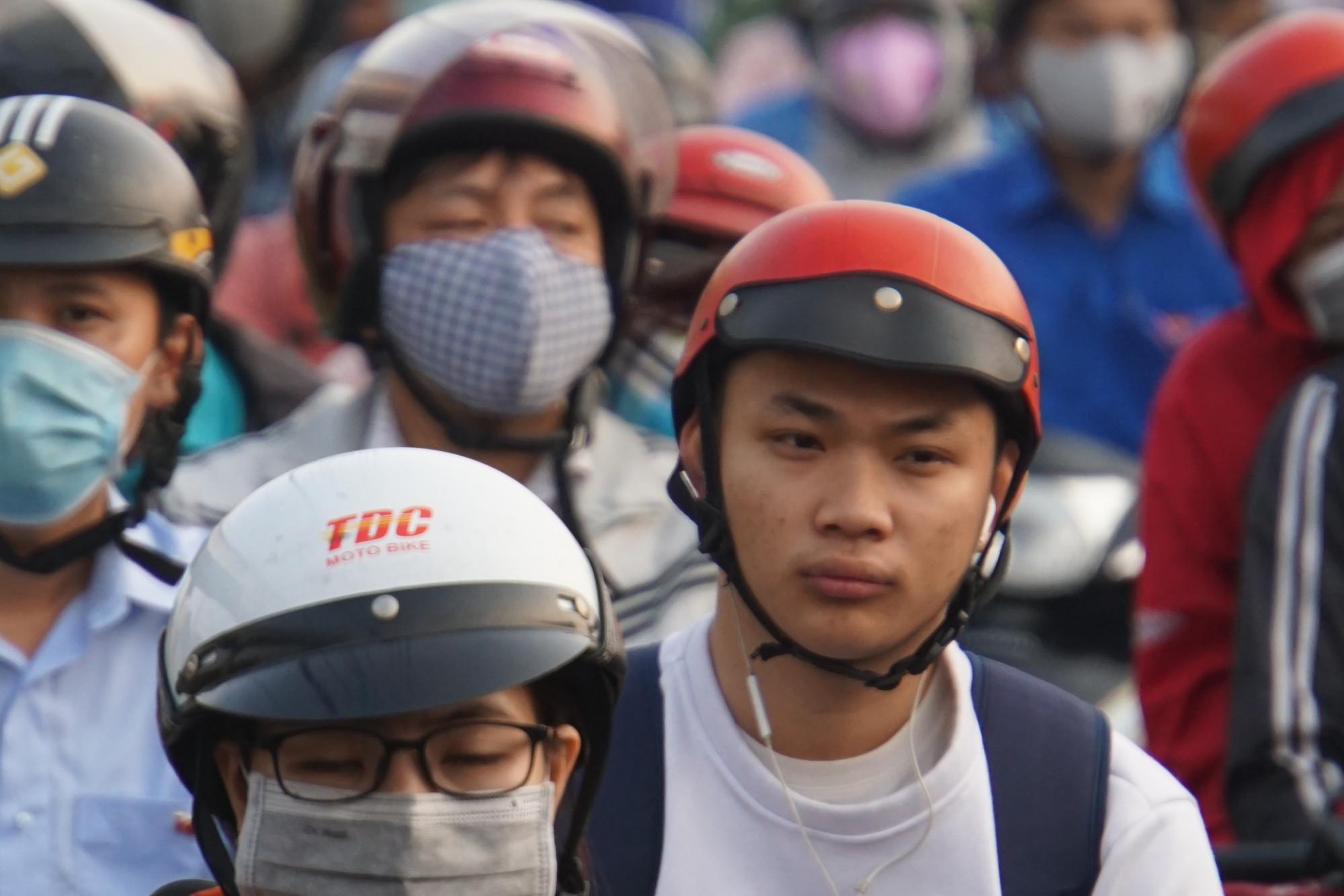 Người dân mệt mõi cày ải kẹt xe đi làm ngày cận Tết