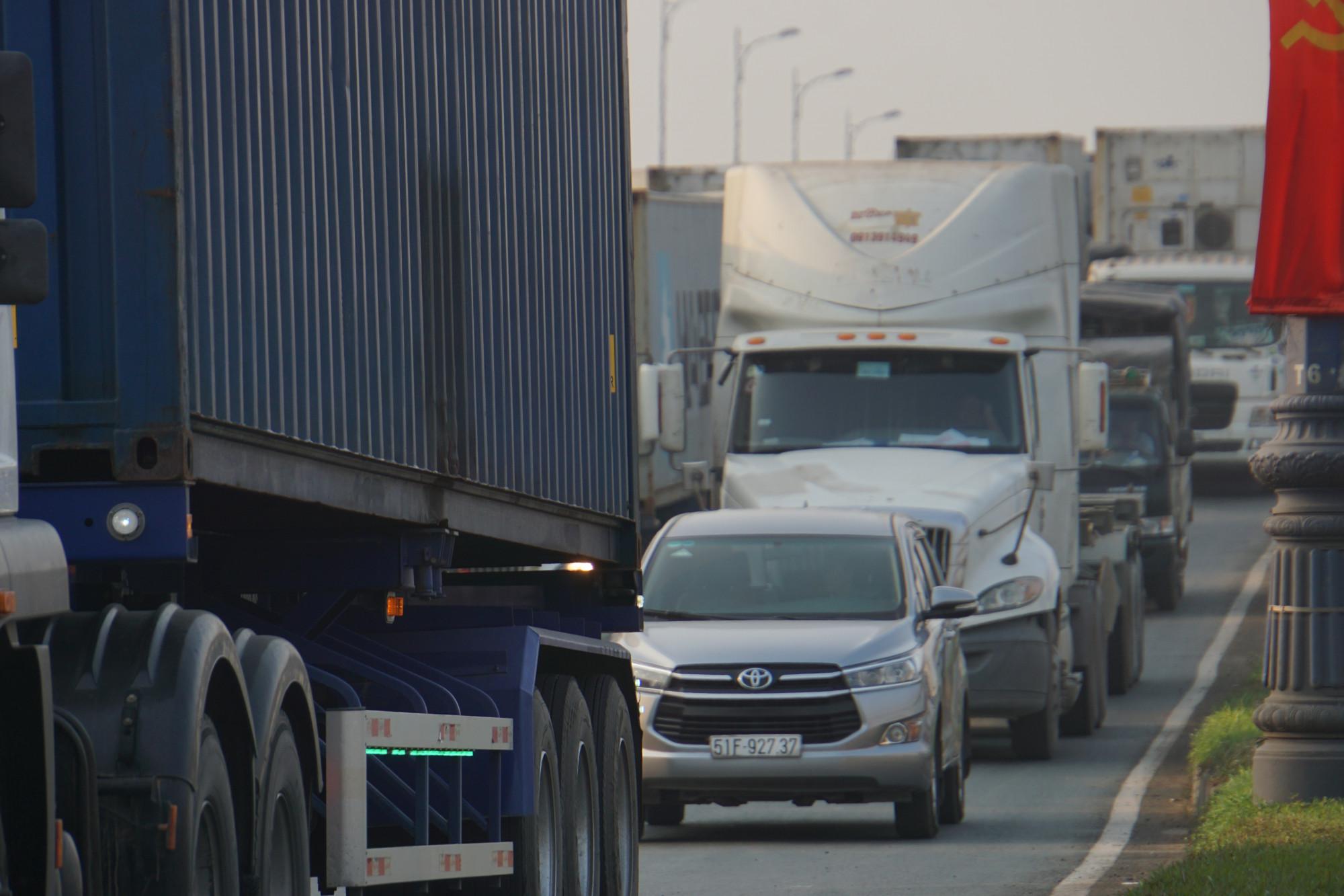 Cầu Rạch Chiếc hướng từ Mai Chí Thọ về ngã tư MK, hàng nghìn ô tô nối dài