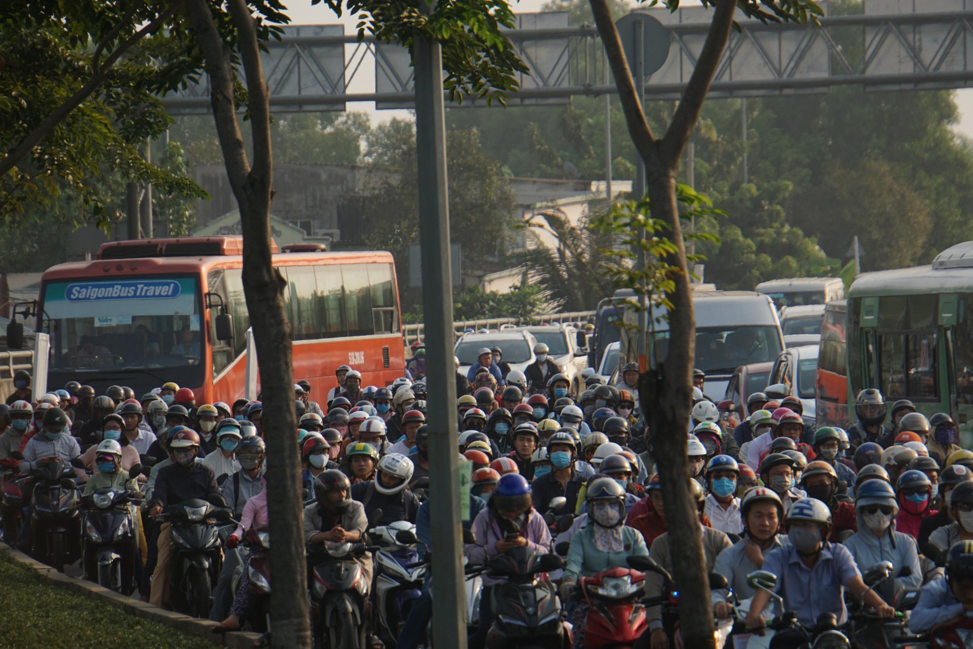 Đường dẫn cao tốc TP.HCM- Long Thành- Dầu Giây tại nút giao An Phú vô cùng rối loạn