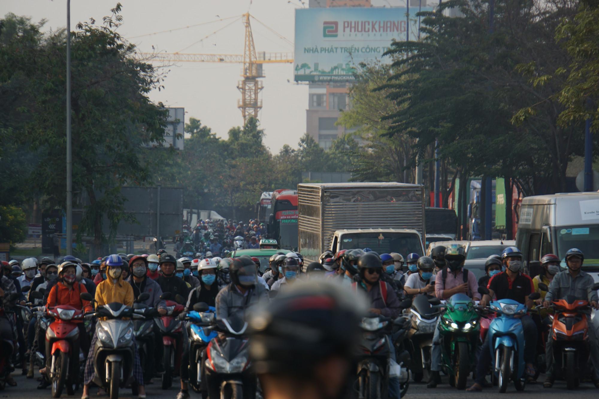 Đại lộ Mai Chí Thọ, theo hai hướng di chuyển đều xảy ra ùn ứ nghiêm trọng do lượng phương tiện  tăng đột biến