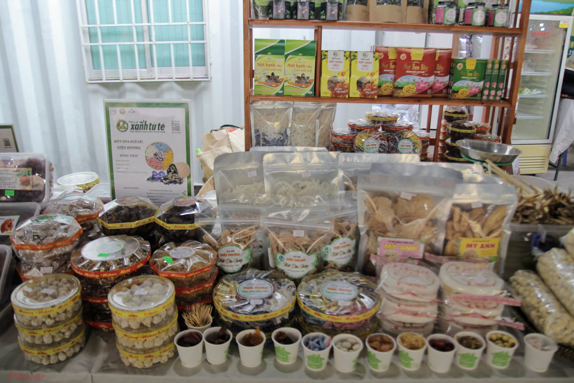 Hội tụ nhiều sản phẩm, đặc sản từ nhiều vùng miền như bánh mứt miền Tây, các loại hạt rừng miền Bắc, trái rừng Tây nguyên là điểm nhấn của phiên chợ Tết Việt năm nay.