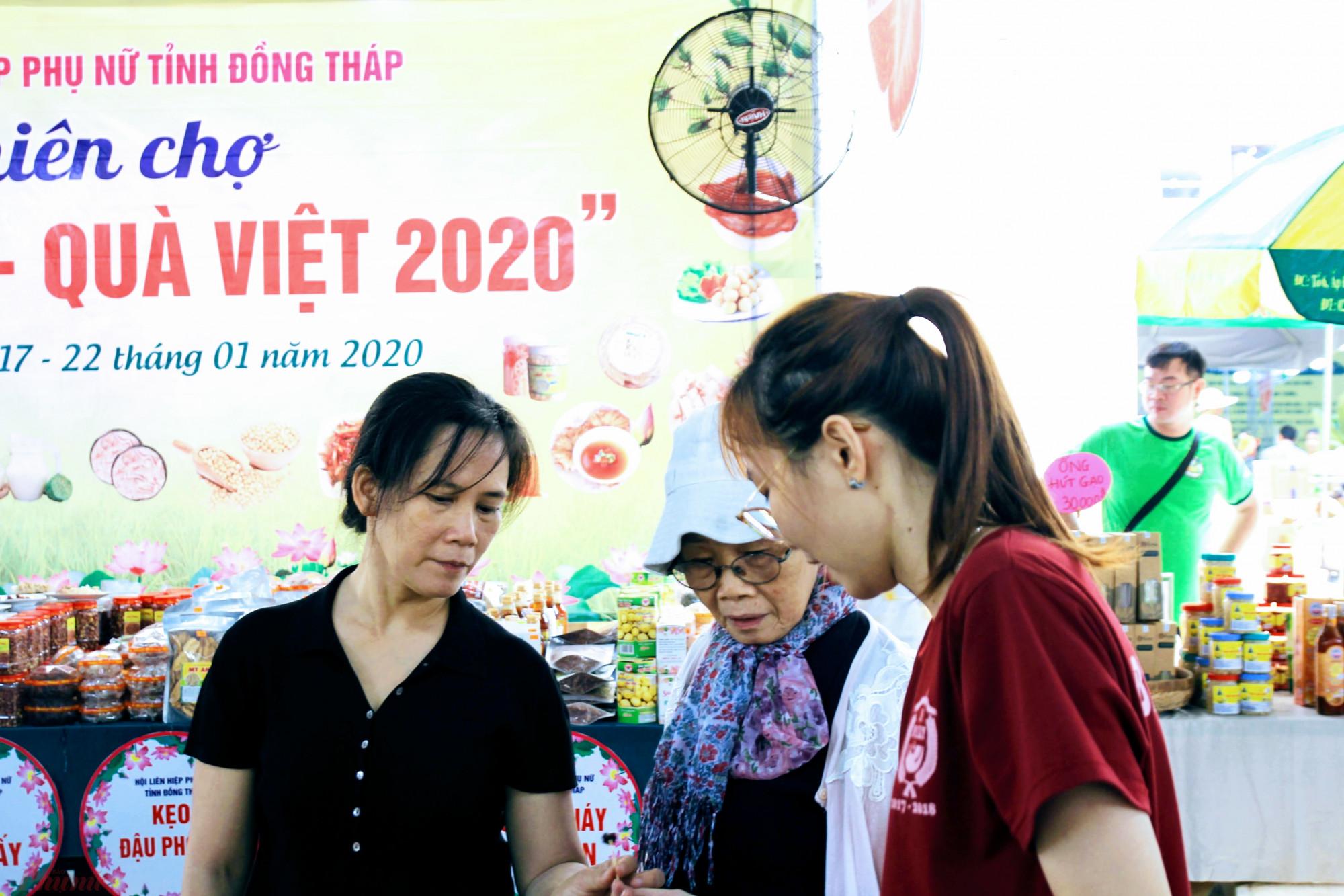 Trong khi đó, nhóm của Hội liên hiệp Phụ nữ và Thanh niên khởi nghiệp (SKC) của Đồng Tháp mang đến nhiều đặc sản địa phương như khô cá các loại, trái cây miệt vườn, và đặc biệt là món