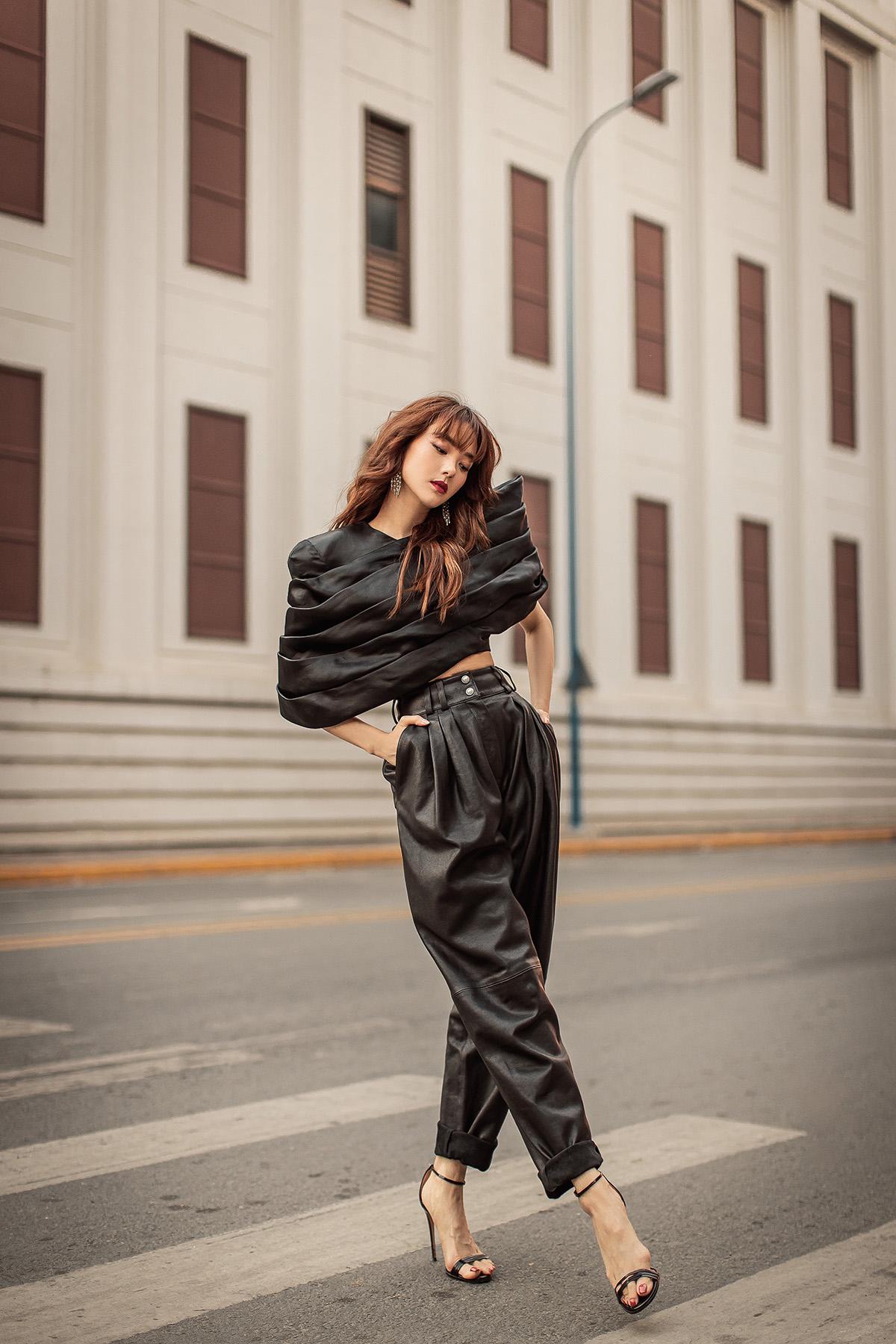 Nữ diễn viên khoe vòng hai thon gọn trong bộ cánh màu đen, phối quần cạp cao, ống rộng cùng chiếc áo được thiết kế theo cấu trúc phân tầng lạ mắt.