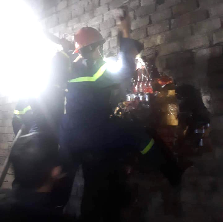 Cảnh sát dùng búa đập tường để phun nước vào bên trong