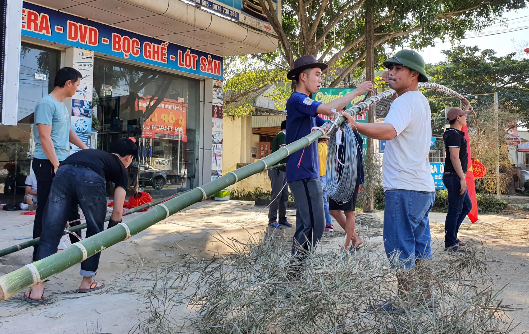 Xóm làng chung tay cùng dựng cây nêu