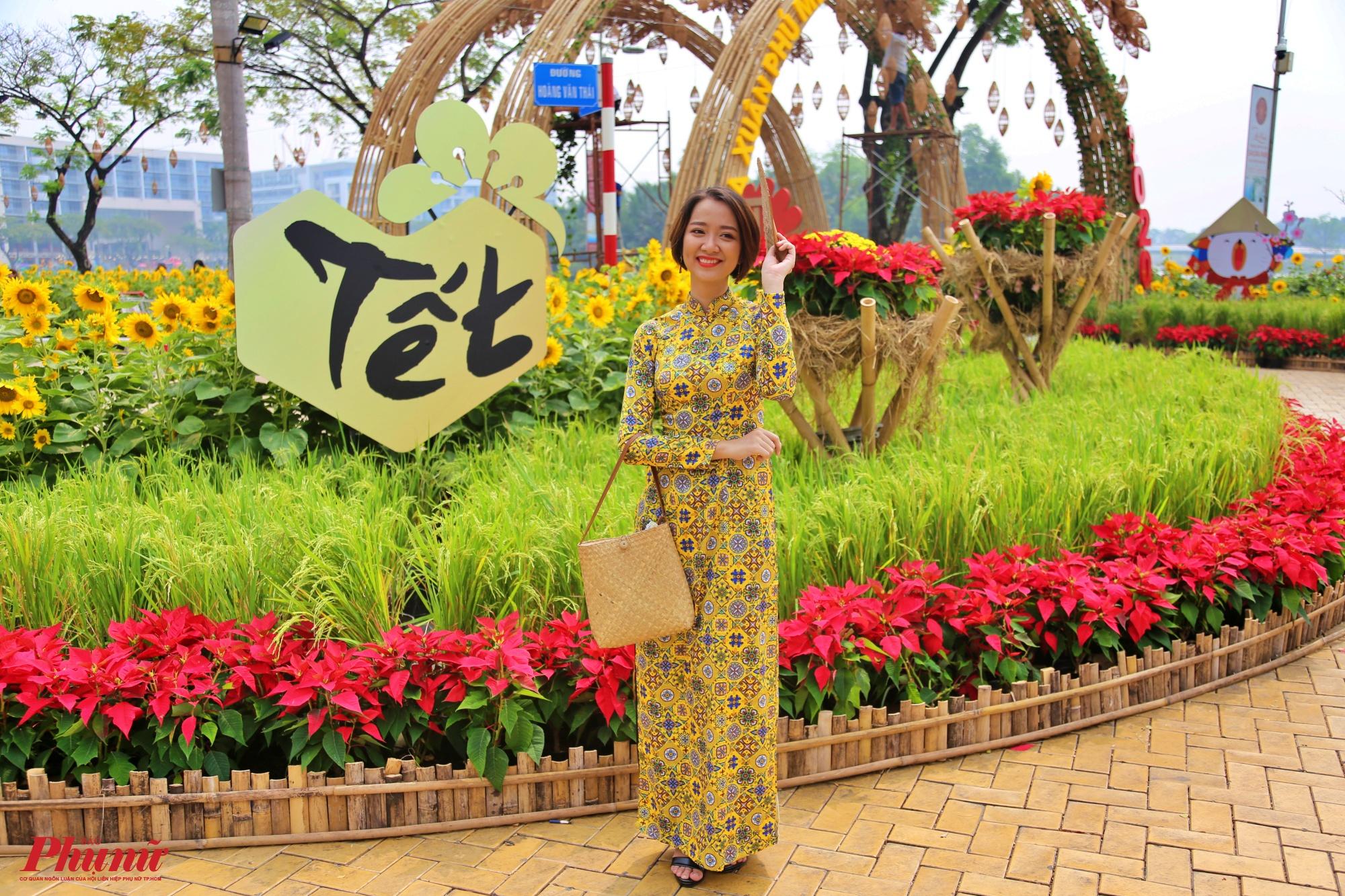 Người Sài Gòn diện áo quần xinh đẹp du xuân rất sớm.