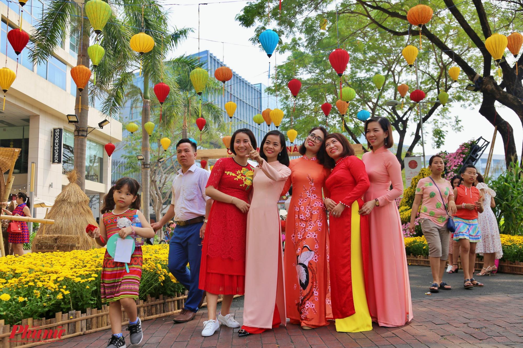 Đường hoa Phú Mỹ Hưng Tết Canh Tý được tổ chức tại khuôn viên rộng đến 7ha, chia làm 4 khu vực chính là đường xuân, bến xuân, vườn xuân và góp xuân.
