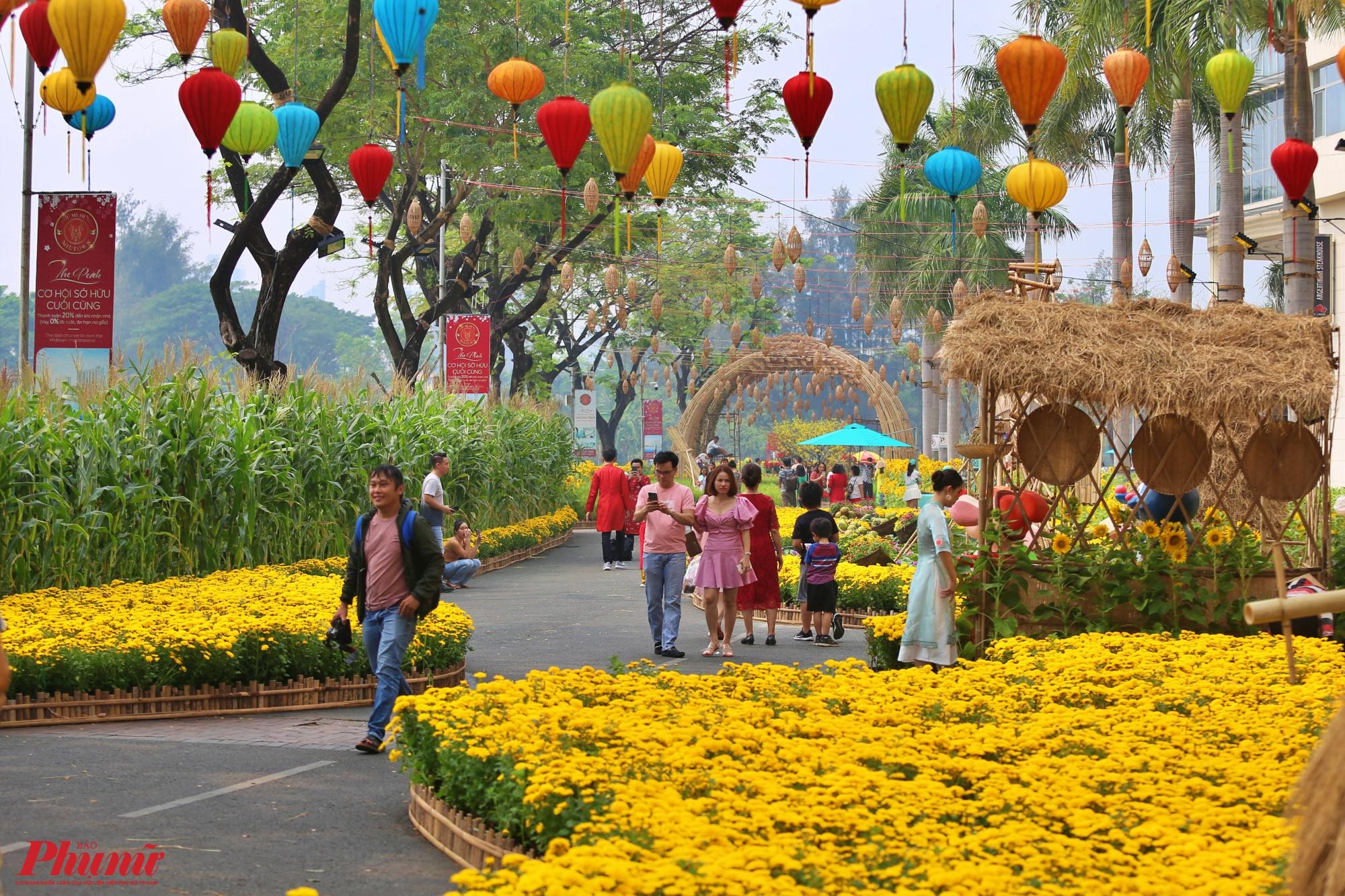 Đường hoa xuân Phú Mỹ Hưng (quận 7, TPHCM) mở cửa cho người dân vào vui chơi, tham quan du xuân trước Tết sớm nhất ở TPHCM. Năm nay đường hoa mở của từ ngày 17/1 (23 tháng Chạp).