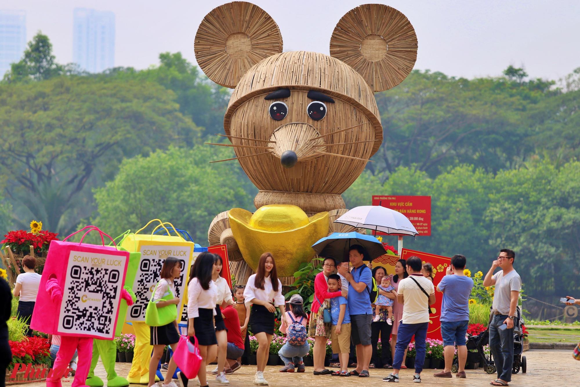 Chú chuột tài lộc được đan tỉ mỉ bằng tre có chiều cao 5,4m, đặt trước cổng chào của đường hoa