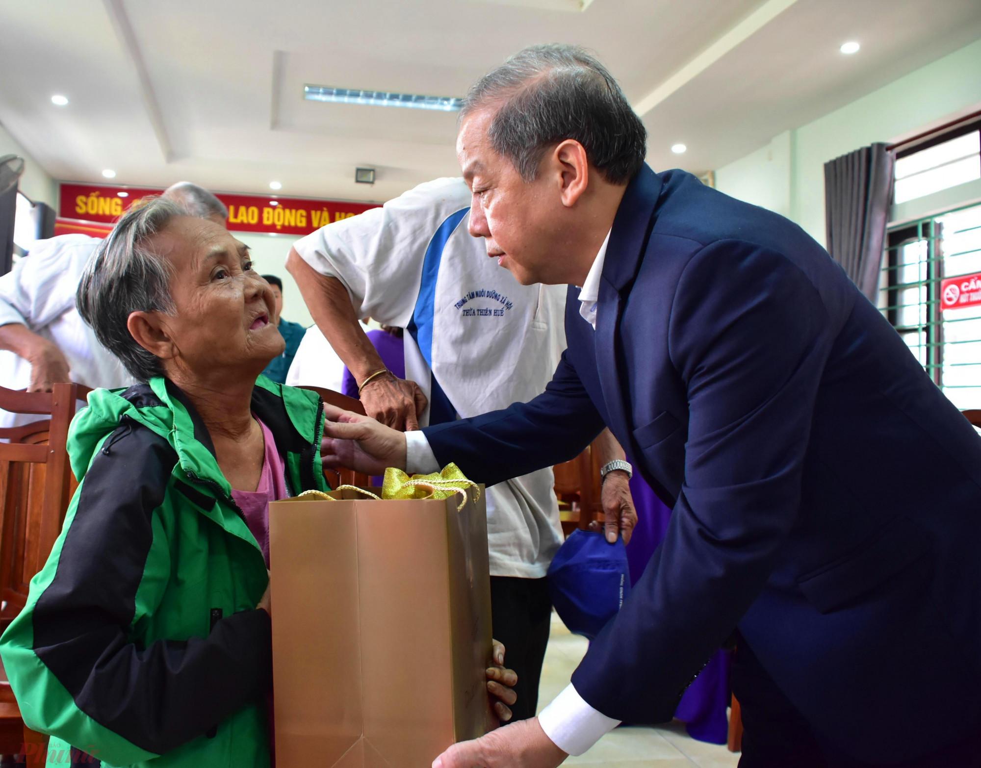 """Ông Thọ mong muốn những hộ dân được nhận quà Tết hôm nay phải là những """"hộ cận giàu"""" thay vì những hộ nghèo sau khi đến định cư tại nơi ở mới"""