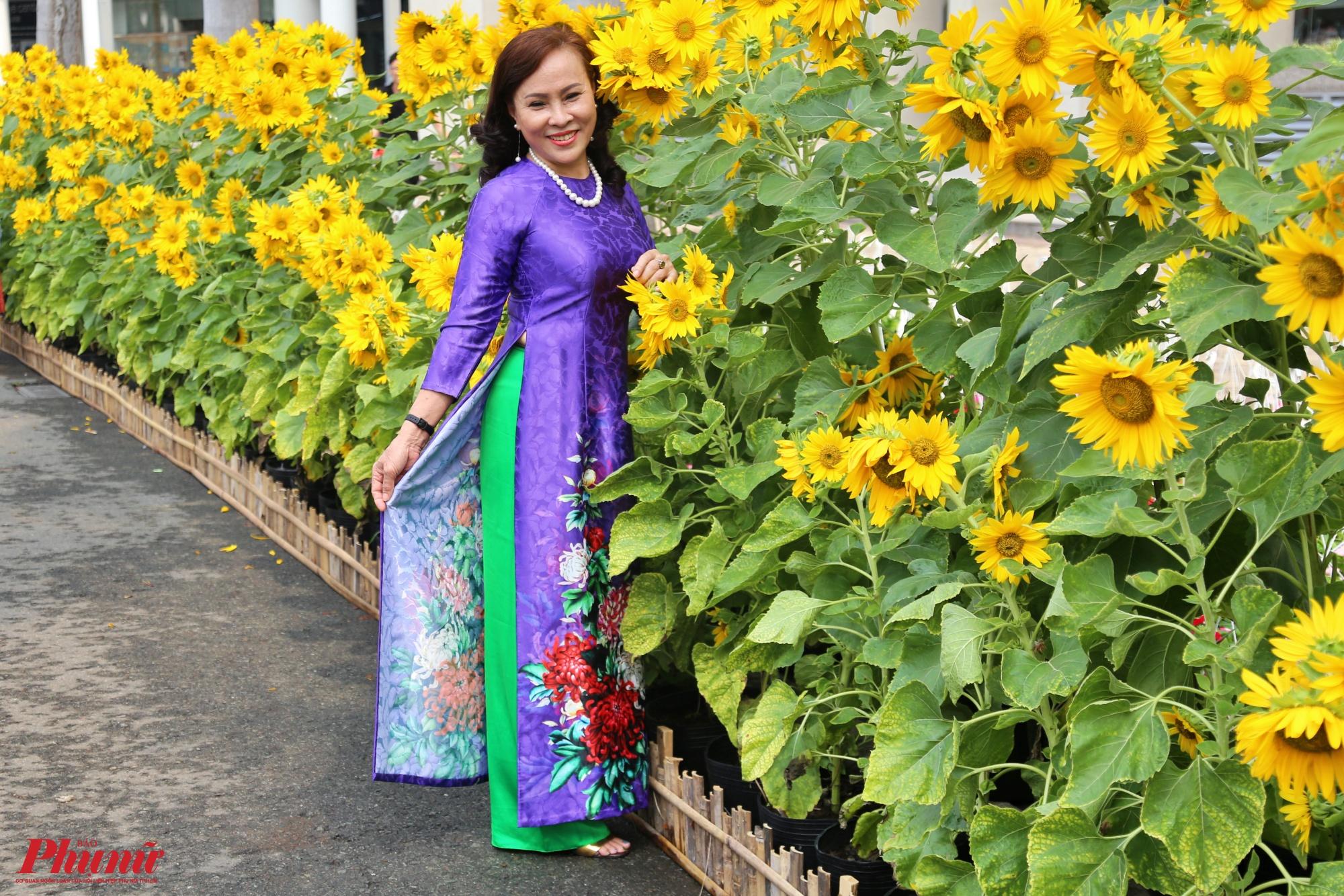 Năm cánh đồng hoa, gồm hoa cúc, hoa hướng dương, hoa dừa cạn, hoa sao nhái và hoa nữ hoàng được bố trí trải dài dọc theo cung đường Hồ Bán Nguyệt sẽ mang lại sắc xuân, sự rực rỡ của hội hoa năm nay.