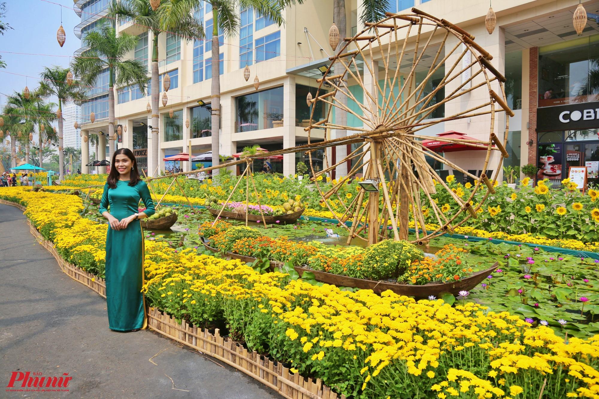 Du khách có thể tham quan đường hoa xuân dài khoảng 700m trên tuyến đường Tôn Dật Tiên uốn quanh hồ Bán Nguyệt. Chủ thể chính được trưng bày trong hội hoa xuân Phú Mỹ Hưng năm nay là hoa và lộc.