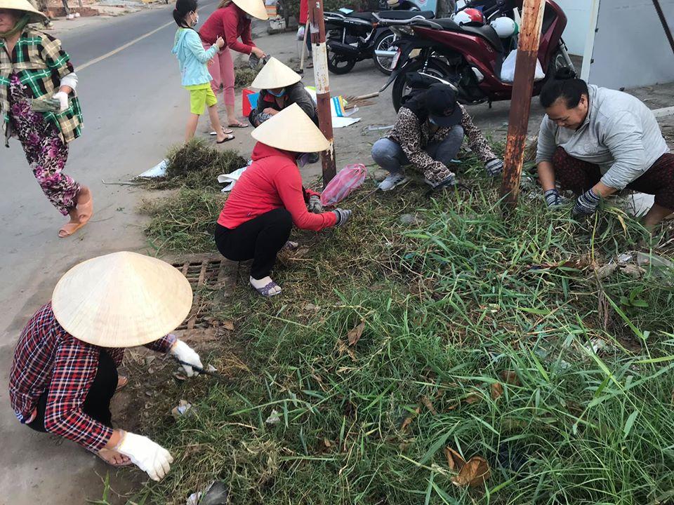Trong hai ngày 17 và 18/1/2020, trên khắp các tuyến đường ở Nhà Bè d6ày ắp hình ảnh các chị xuống đường dọn rác, nhổ cỏ, trồng hoa