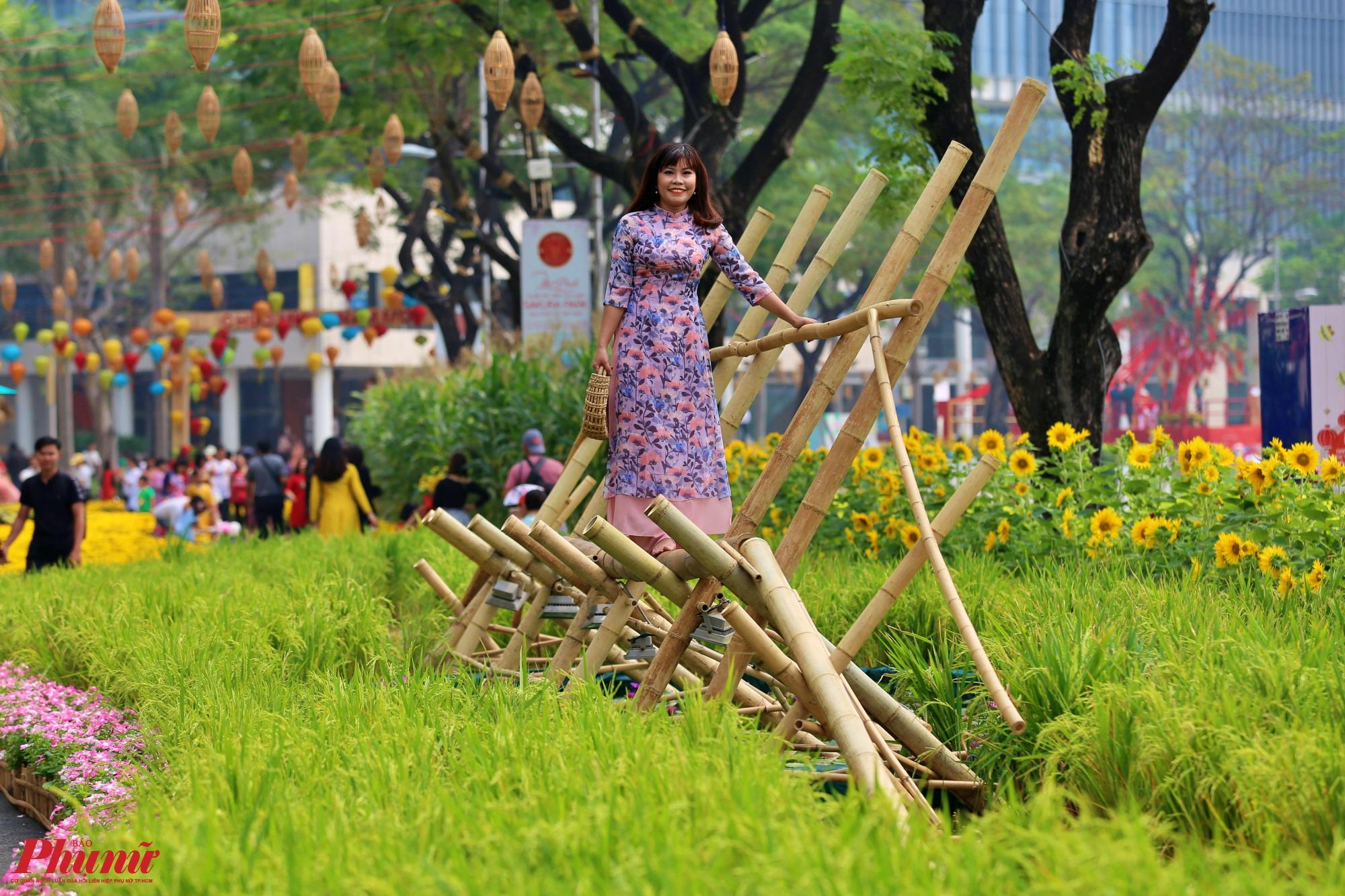 Lộc – với hiện thân là lúa, được xem như hạt ngọc của trời, gắn liền với cuộc sống của người Việt, tượng trưng cho sự no ấm, đủ đầy. Mùa xuân cũng thường là mùa gặt, đưa lúa về nhà cũng là rước lộc đầu xuân. Trên ý tưởng đó, cổng chính Hội hoa xuân Phú Mỹ Hưng năm nay được cách điệu từ những bông lúa khổng lồ, trĩu hạt.