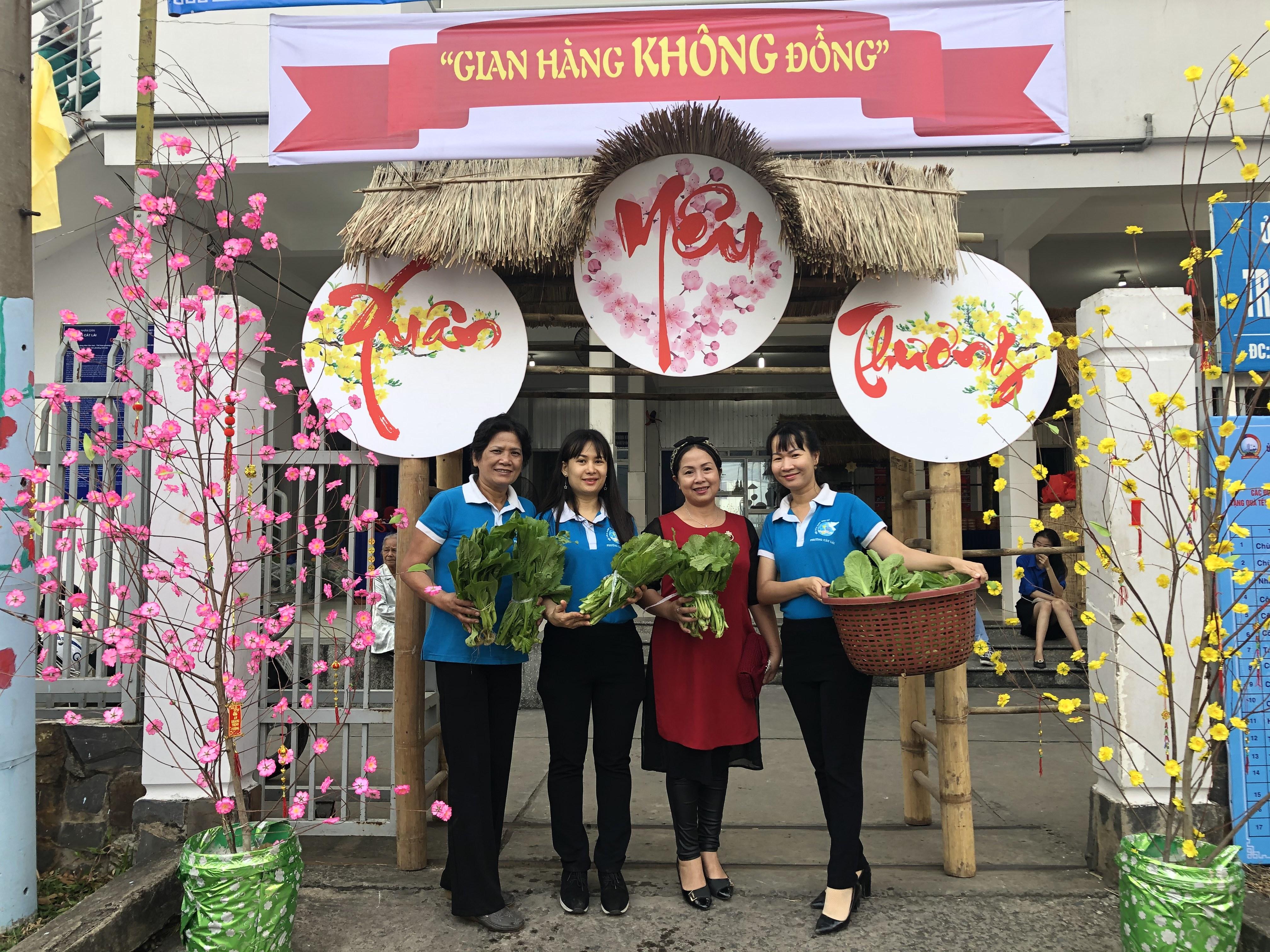 Các chị bên Hội Phụ nữ mang rau đến phiên chợ để tặng người dân.