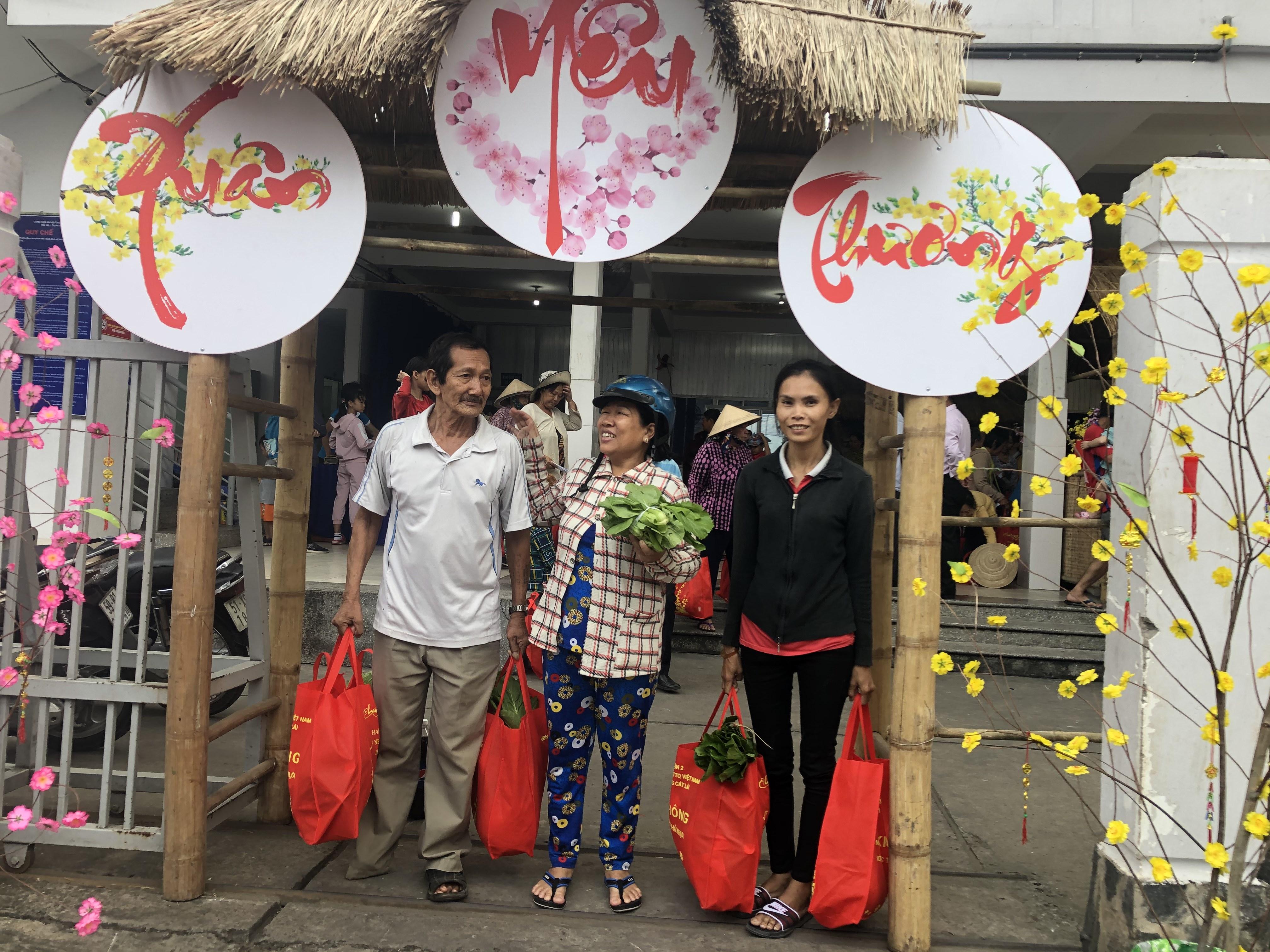Niềm vui của người dân khi đến phiên chợ.
