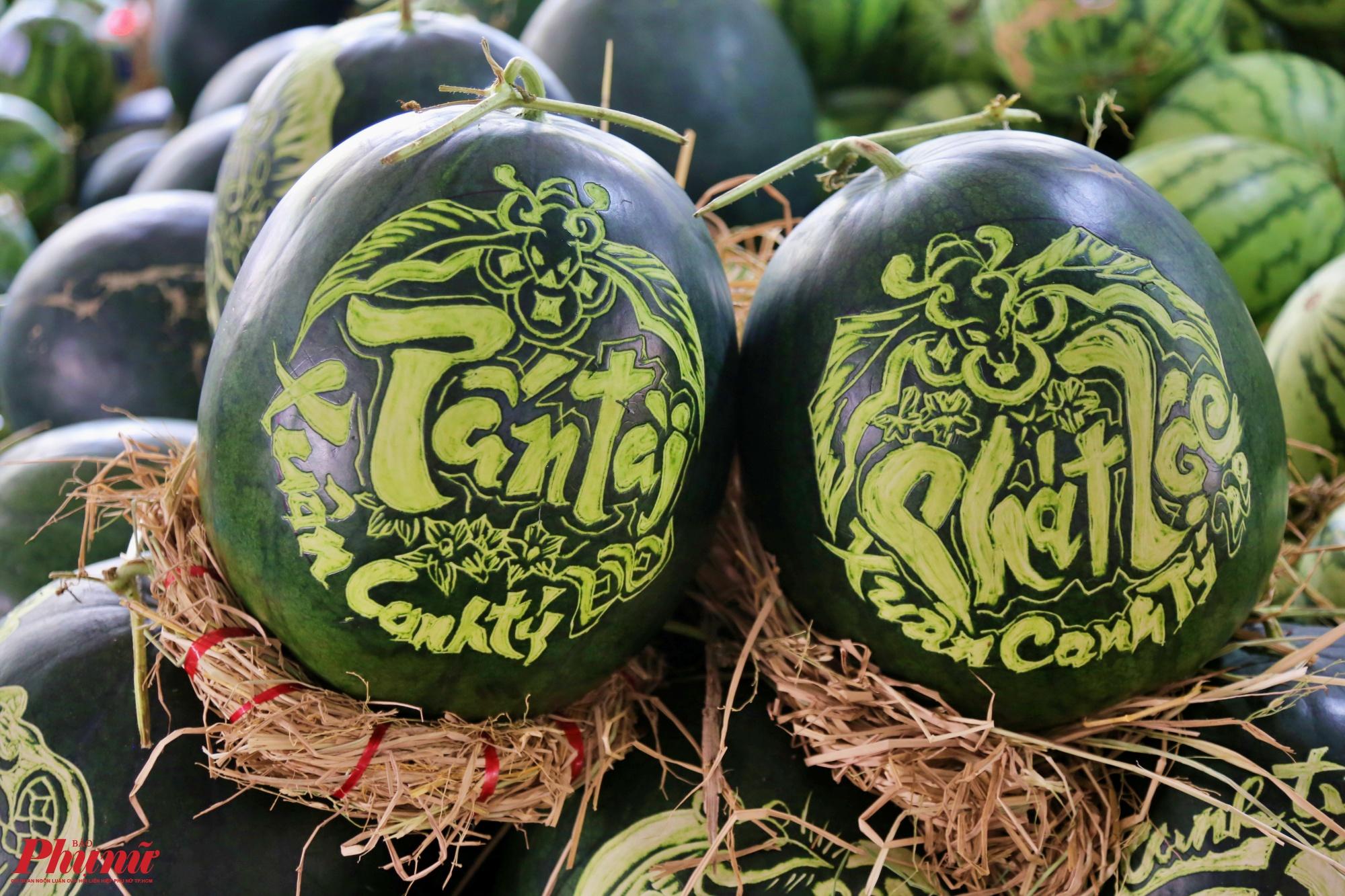 Một trái có giá trung bình từ 500 đến 600 ngàn đồng, tuỳ theo hình vẽ và kiểu dáng của mỗi trái dưa hấu khách nhau. Trong đó tiền công khoảng 150 ngàn đồng, còn mỗi trái dưa hấu tính khoảng 39 ngàn đồng/kg. Mỗi cặp dao động khoảng 1 triệu đồng
