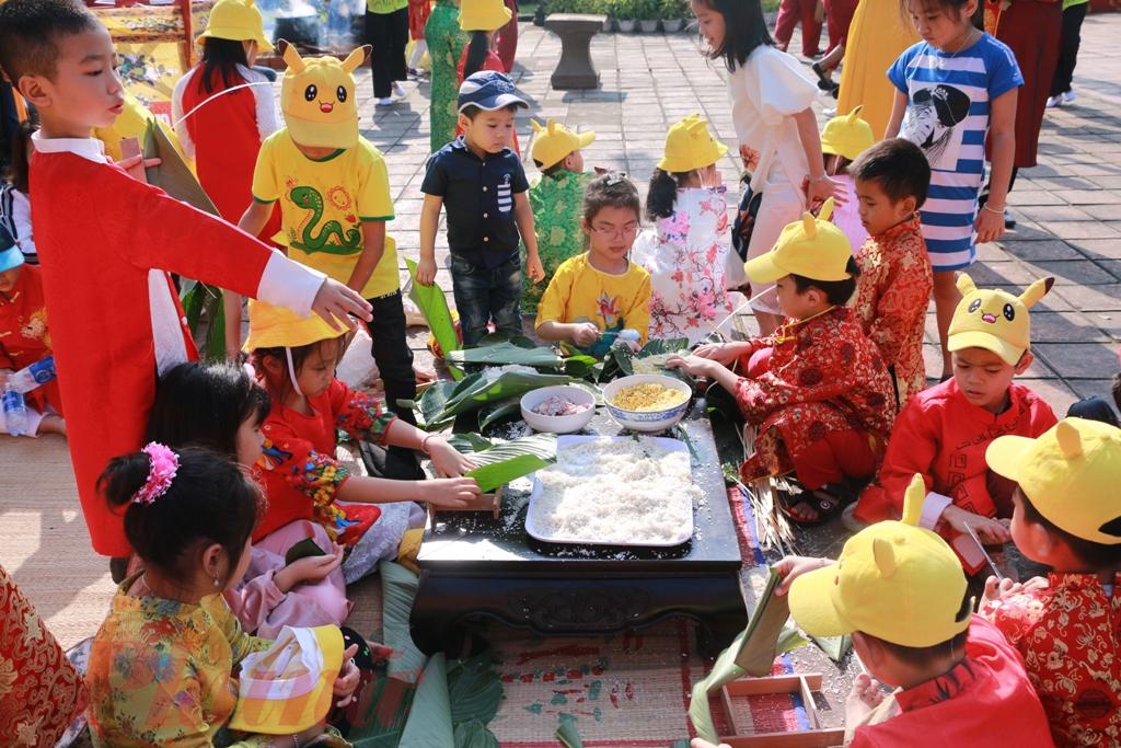 Tại không gian Tết Việt các em được hướng dẫn làm bánh Tết