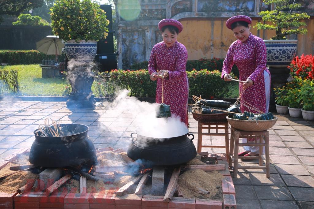 Mỗi khi Tết đến Xuân về, trên mâm cỗ cúng gia tiên của người Việt Nam không thể thiếu bánh chưng, bánh tét