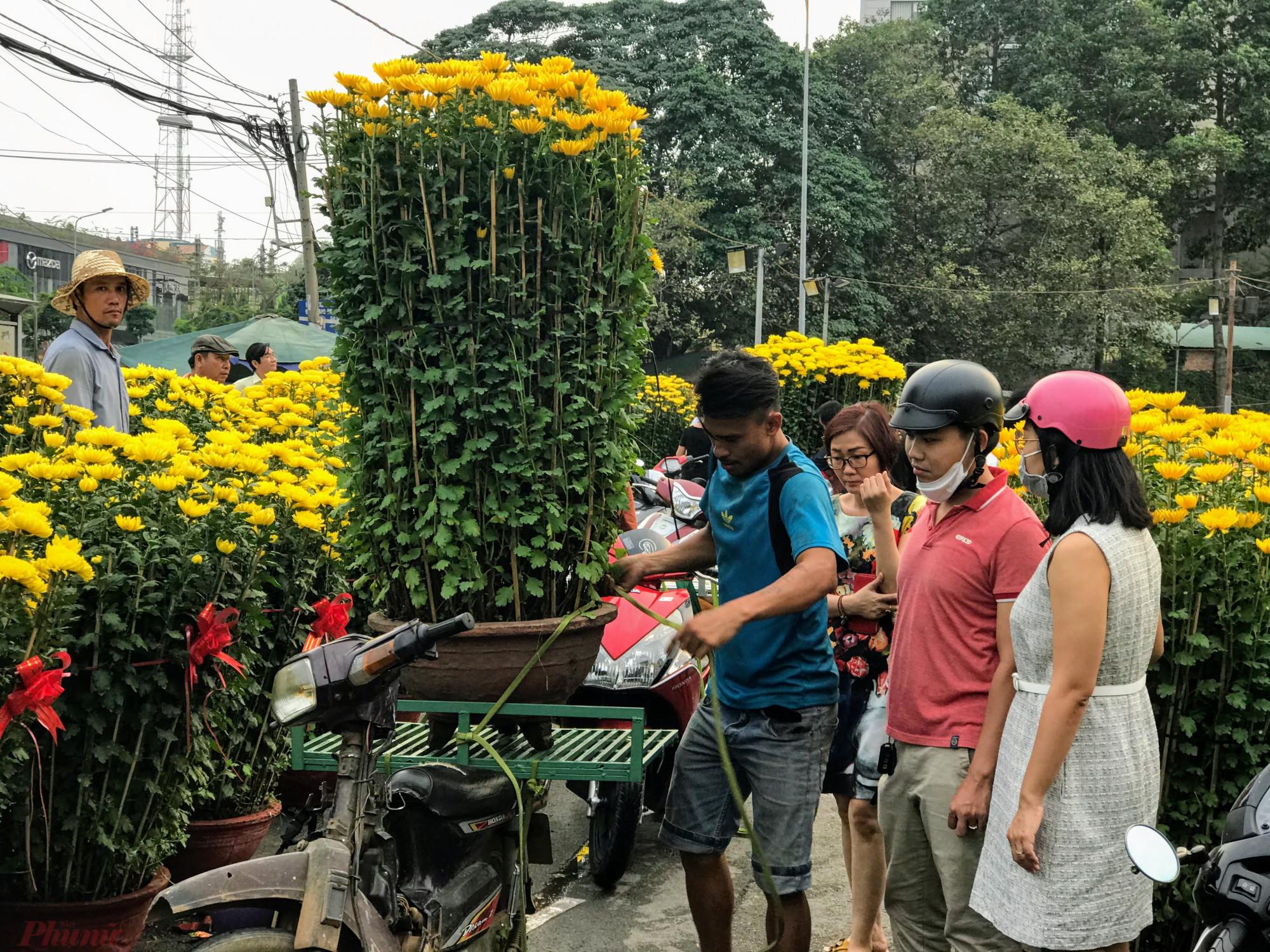 Tại các chợ hoa dã chiến mùa Tết như công viên Gia Định, Hoàng Văn Thụ, Lê Văn Tám,... bắt đầu nhộn nhịp cảnh buôn bán hoa, kiểng Tết từ các vùng miền phục vụ nhu cầu chơi Tết của người dân thành phố,