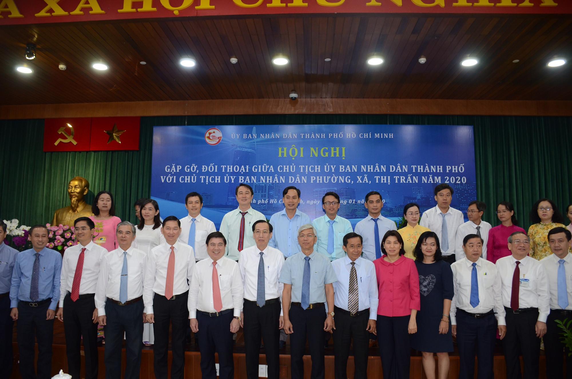 Chủ tịch UBND cấp cơ sở phường, xã, thị trấn chụp hình lưu niệm với lãnh đạo UBND TPHCM