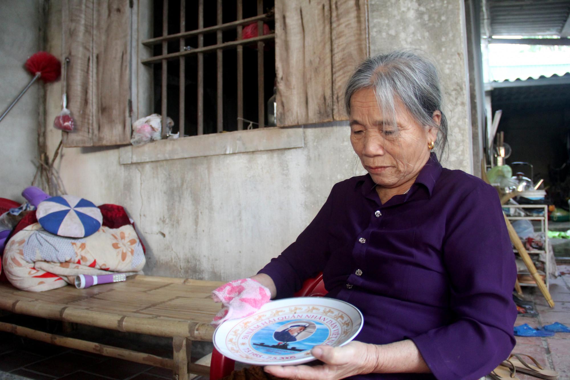 Bà Oanh tranh thủ lau lại những món đồ kỷ niệm của con trai đưa từ đảo xa về