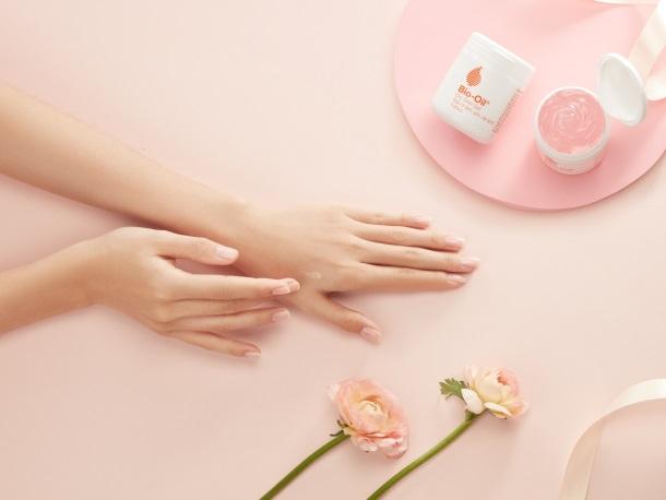 """Bio-Oil Dry Skin Gel không chỉ giúp dưỡng ẩm da hiệu quả, lại còn giúp nàng """"rời xa"""" chiếc quạt máy vì khả năng thẩm thấu nhanh, không nhờn rít"""