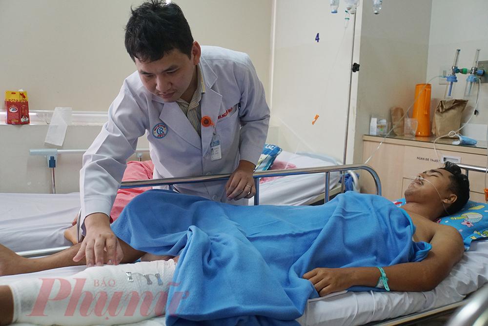 Trong một lần day học, thầy Văn bị trượt chân té ngã, thầy rơi vào nguy kịch.