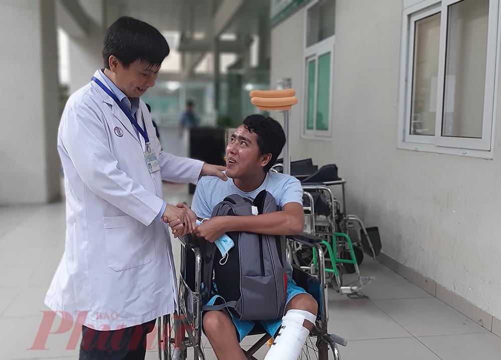 Thạc sĩ Lê Minh Hiển - Trưởng Phòng Công tác xã hội đã hỗ trợ xe đưa thầy Văn về tận nhà. Thầy Văn và ông Hiển cùng chúc nhau có một mùa xuân thật vui vẻ.