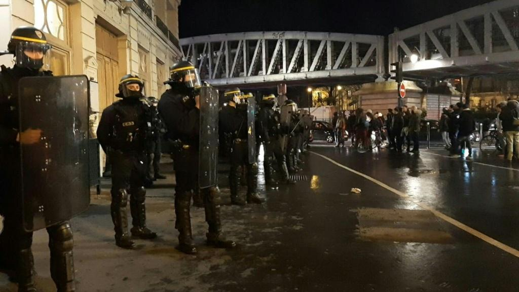 Lực lượng an ninh phải đến hỗ trợ tổng thống và phu nhân rời đi sau buổi biểu diễn, giữa đám đông người biểu tình giận dữ.