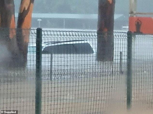 Chiếc xe gần như chìm trong nước tại Gold Coast.
