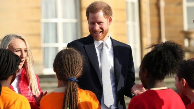 Tuần này Hoàng tử Harry đã chủ trì lễ bốc thăm World Cup Bóng bầu dục tại Cung điện Buckingham - Ảnh: YUI MOK/PA WIRE