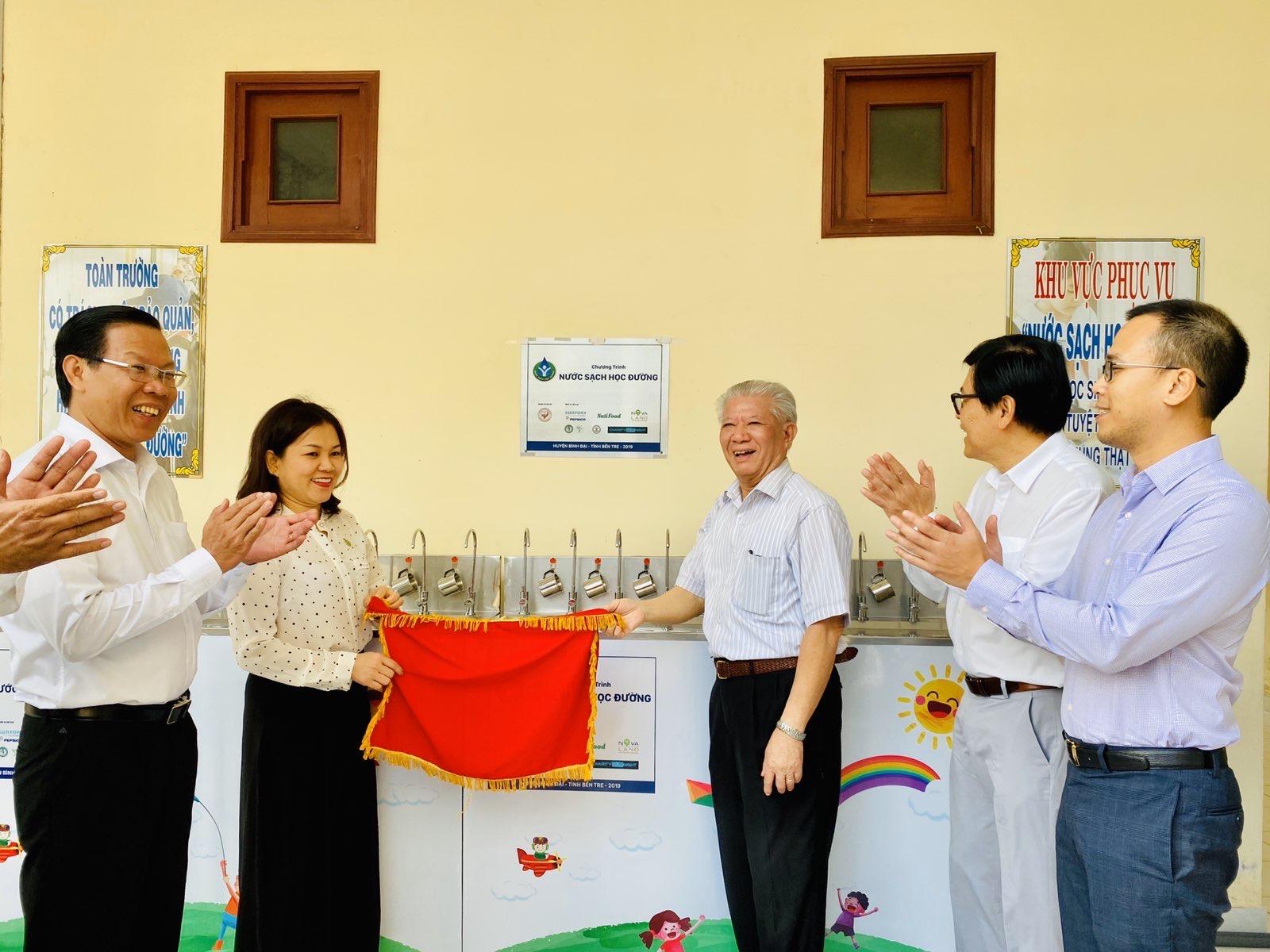 """Niềm vui về """"Nước sạch học đường"""" đã lan tỏa đến huyện Bình Đại, Bến Tre. Nguồn ảnh: Novaland"""