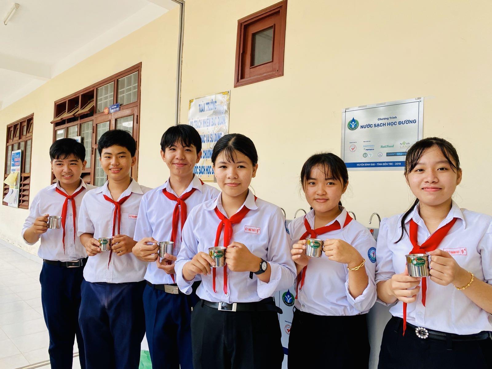 Các em học sinh vui mừng khi có được nguồn nước uống sạch đạt chuẩn. Nguồn ảnh: Novaland