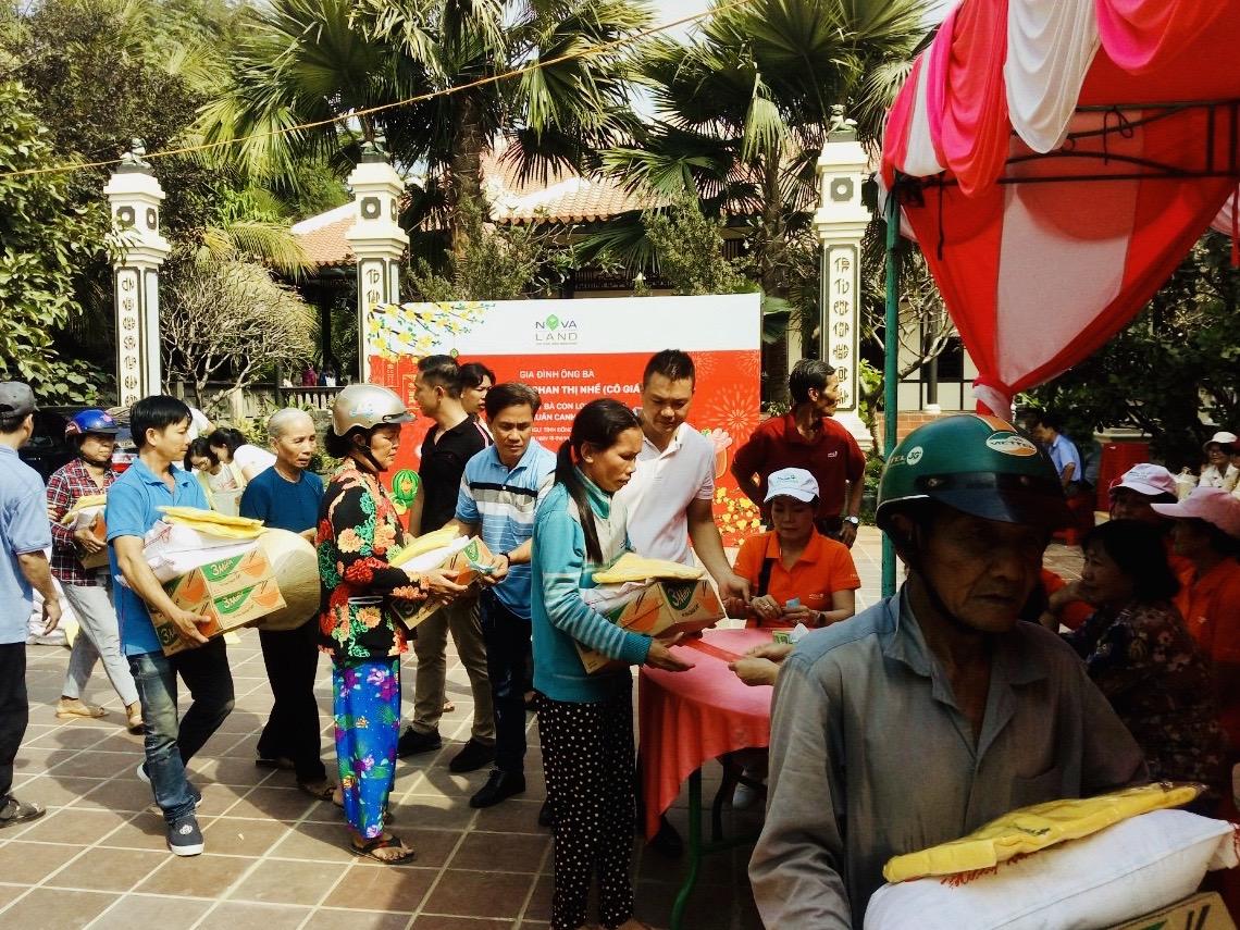 Hàng trăm phần quà tết trao tặng bà con có hoàn cảnh khó khăn tại xã Long Khánh. Ảnh do Công ty Novaland cung cấp