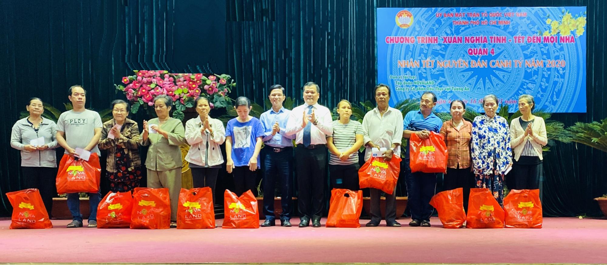 Trao tặng 300 phần quà đến các hộ gia đình tại quận 4, TP.HCM