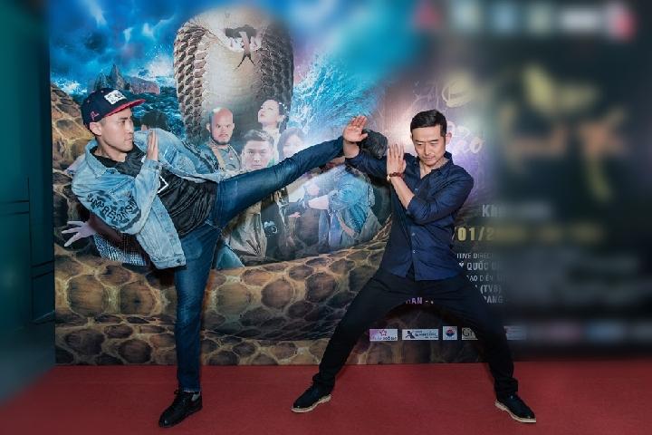 Giống Dịch Dương, nam diễn viên TVB Lôi Dũng cũng diện áo sơ minh xanh đơn giản. Cả hai không ngại tái hiện lại một vài phân cảnh võ thuật trong phim trước khán giả.