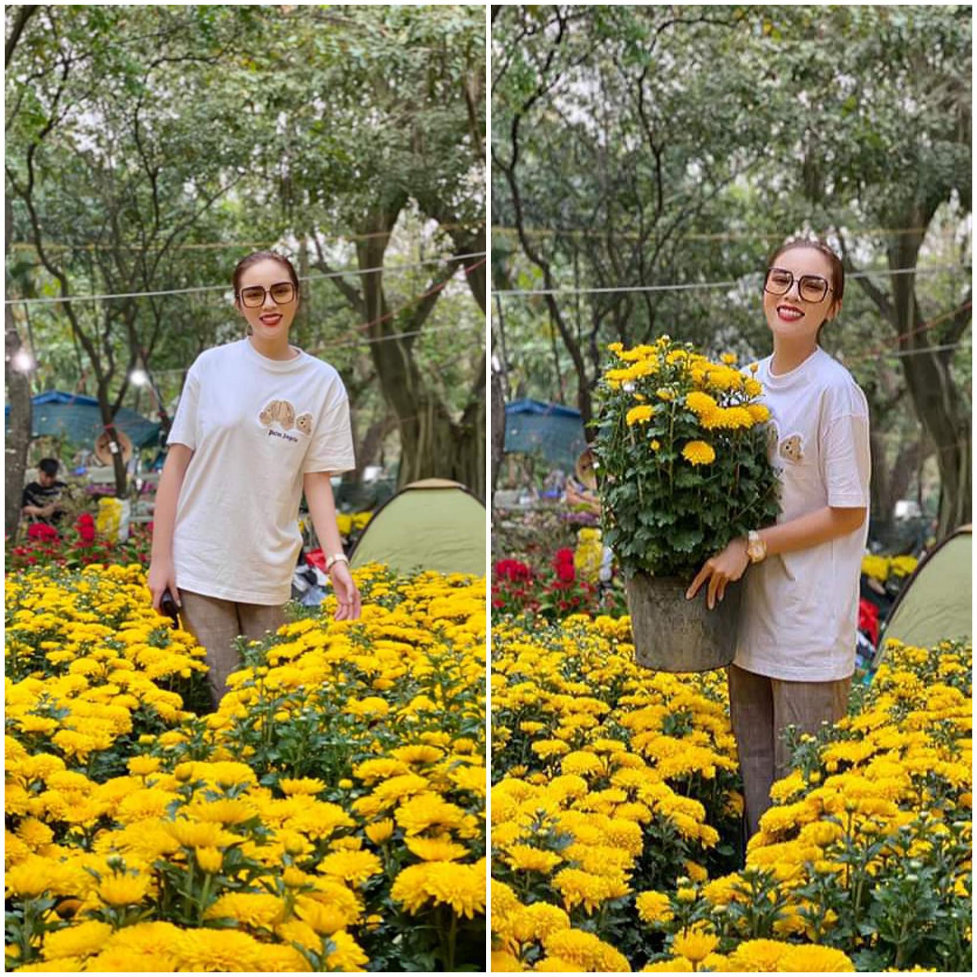 Như thường lệ, năm nay hoa hậu Kỳ Duyên tiếp tục dành trọn thời gian Tết bên gia đình ở Hà Nội. Người đẹp ăn mặc giản dị đi sắm hoa trưng tết.