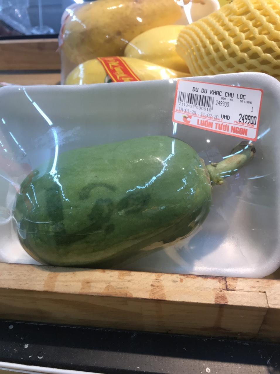Một quả đu đủ xanh khắc chữ có giá