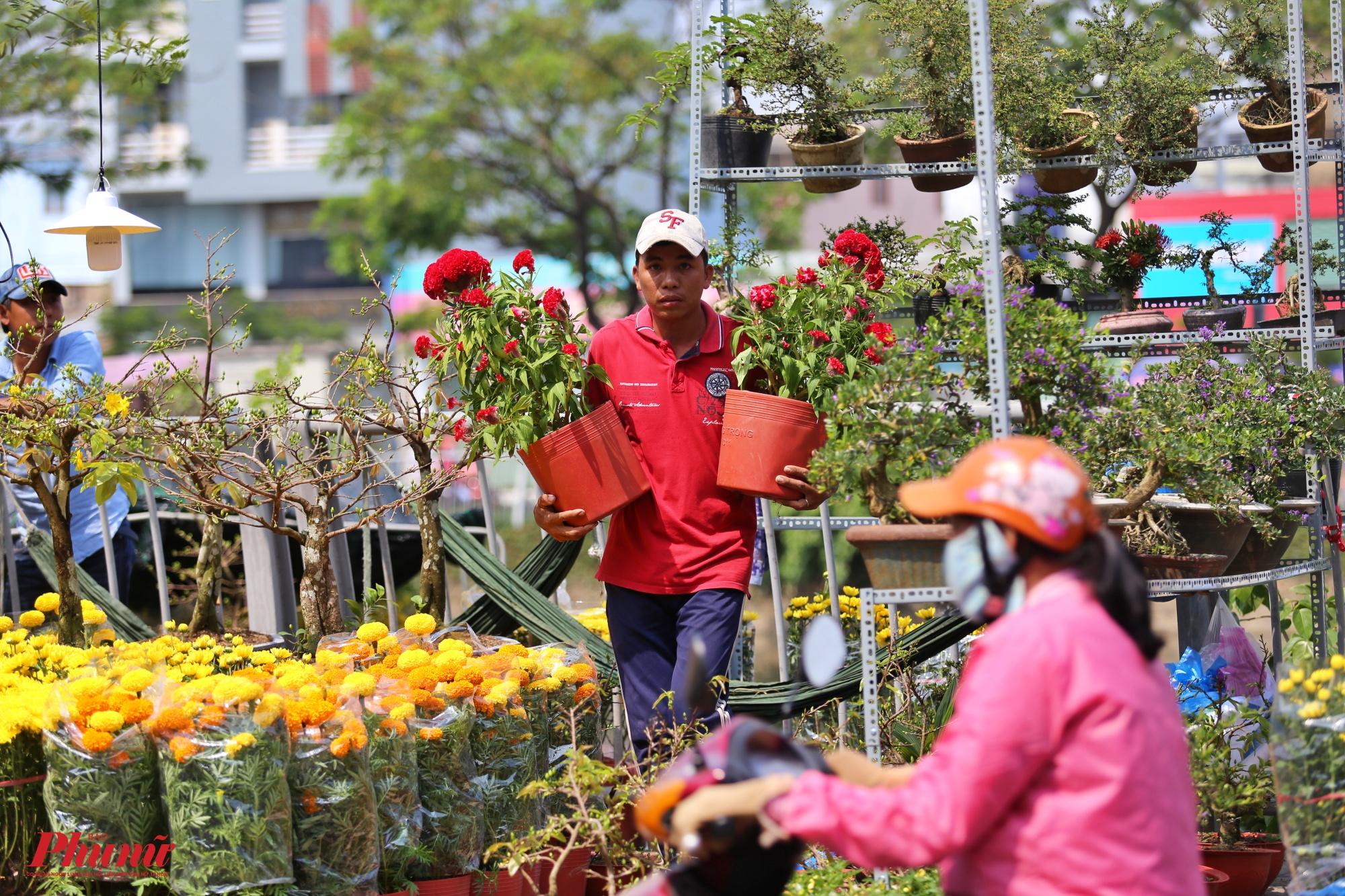 Bến Bình Đông là nơi trao đổi hàng hóa giữa Sài Gòn với các tỉnh vùng Đồng bằng sông Cửu Long. Khoảng từ 23 tháng Chạp hàng năm, nơi đây lại nhộn nhịp ghe xuồng chở đầy ắp hoa kiểng từ miền Tây về bán cho người dân thành phố chơi xuân.