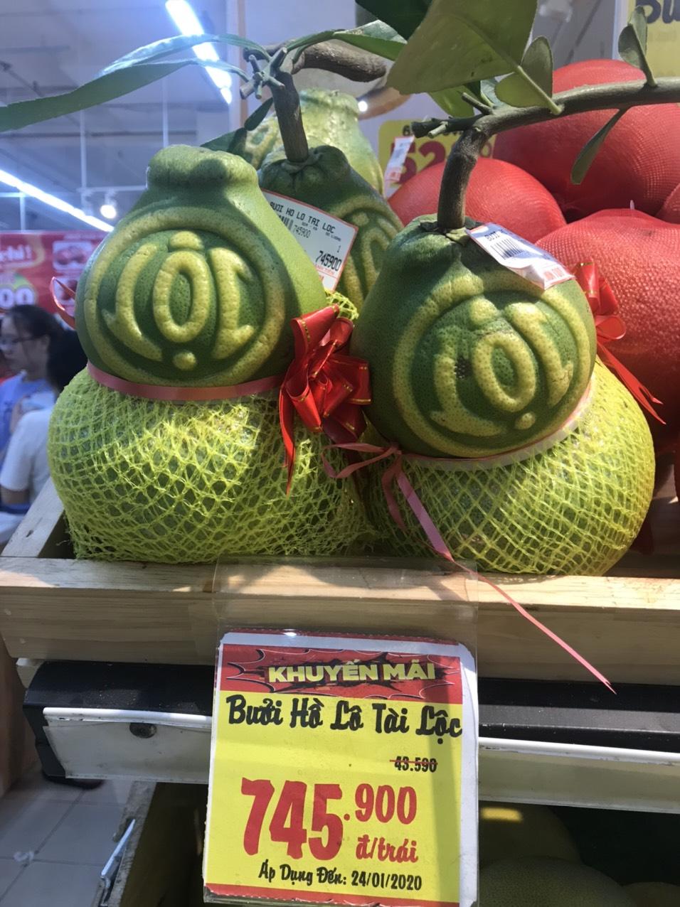 Tại siêu thị Big C (quận Gò Vấp) ngập tràn trái cây trưng Tết như bưởi, dưa hấu, đu đủ khắc chữ độc đáo.