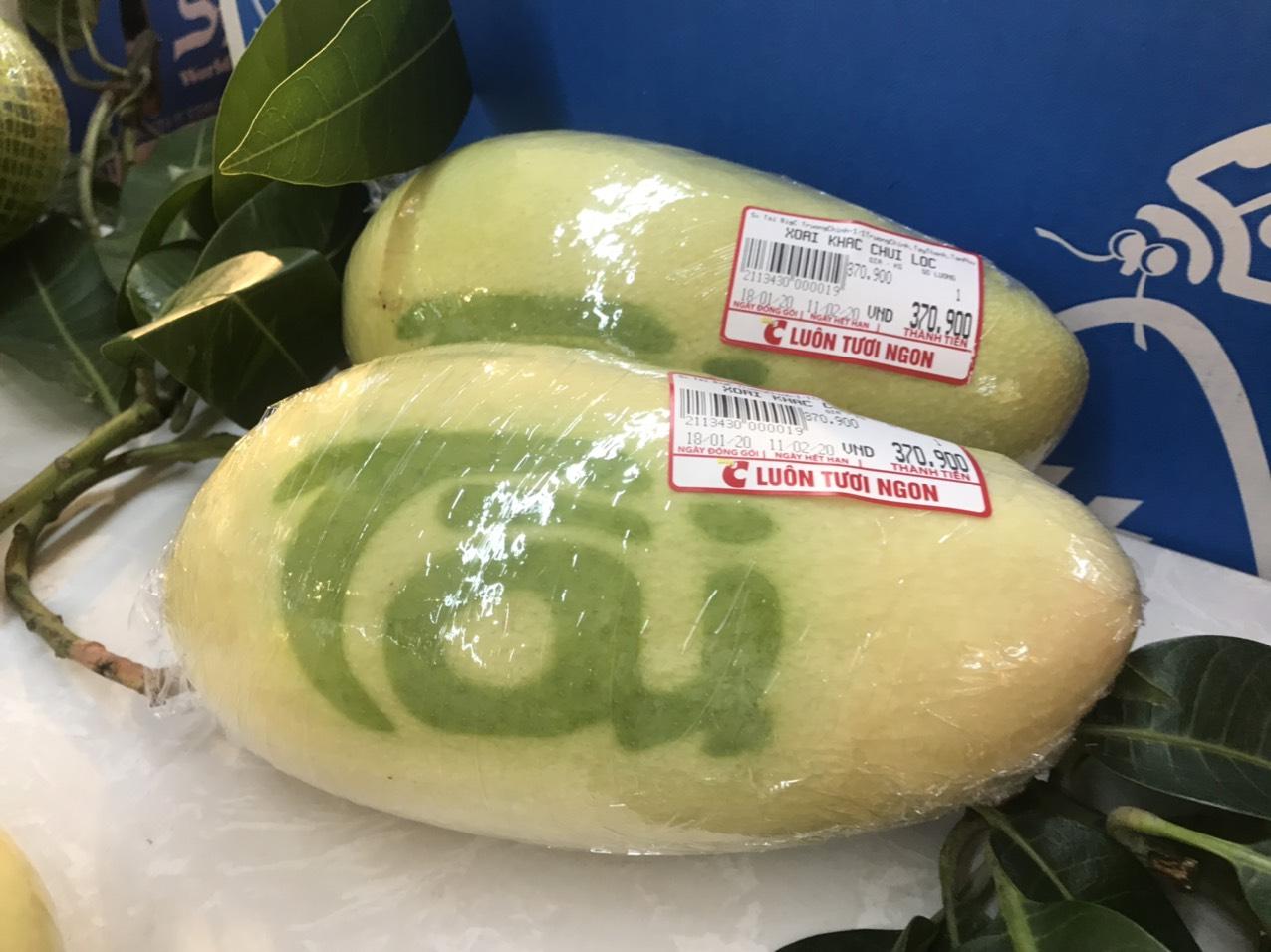 Ngoài dưa hấu, đu đủ, dừa,... xoài vàng cũng được khác chữ khá thú vị với giá